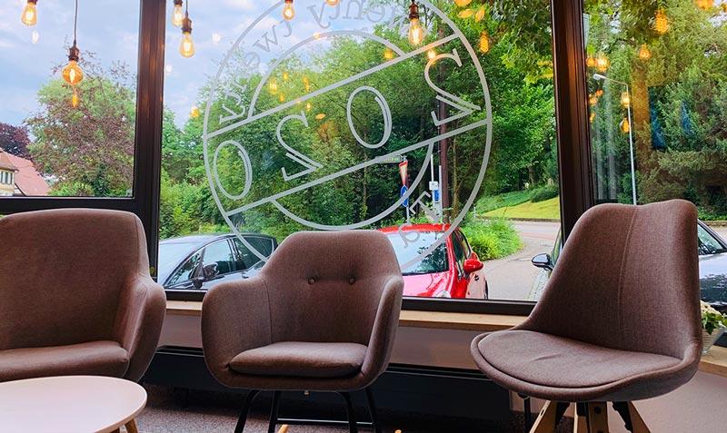 Schaufensterbeschriftung aus Milchglasfolie für das 2020 Tattoostudion in Kirchheim