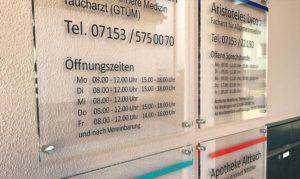Plexiglasschilder für Arztpraxis