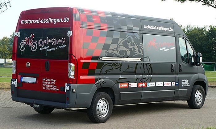 Ein Farbenspiel aus den Grundfarben des Logos vom Mk Cycle Shop aus Esslingen bei Stuttgart und der Materialmix von matt und hochglanz stich die Kundenwerbung von dem Zweiradhändler besonders ins Auge
