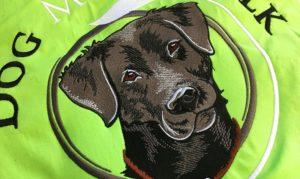 Realistischer Stick eines Labradors auf einer Softshelljacke