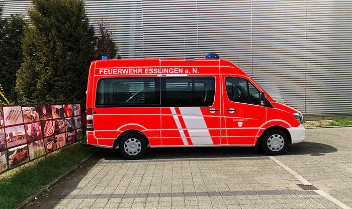Mannschaftsfahrzeug für den Einsatz mit reflektierenden Folien für die Sicherheit