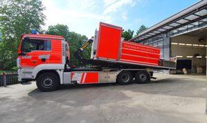 Fahrzeugbeschriftung der Abladecontainer der Feuerwehr Esslingen in Tagesleuchtfolie und Warnstreifen