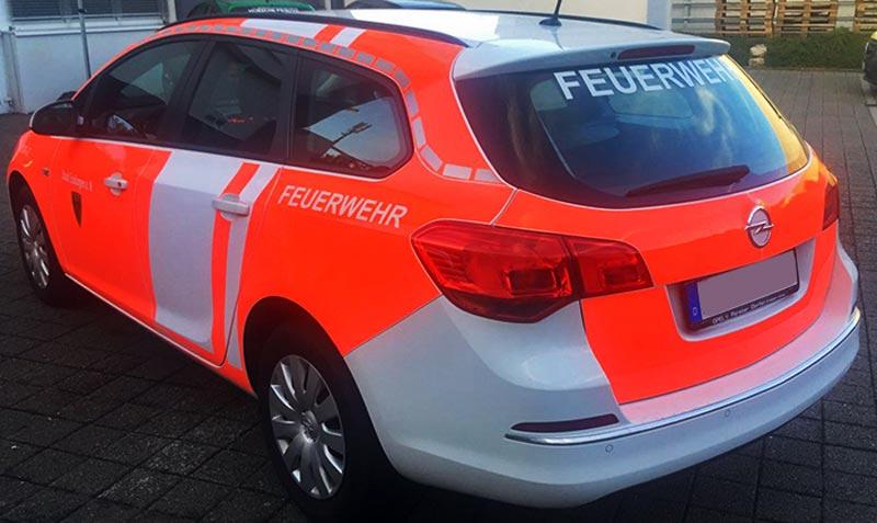 Einsatzfahrzeug Opel Astra der Berufsfeuerwehr Esslingen. Teilflächen mit reflektierender Folien beschriftet