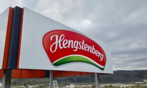 Werbeschilder auf dem Dach vom Firmengebäude Hengstenberg ind Esslingen