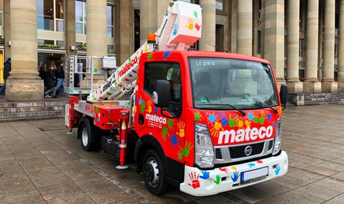Mateco Kinder Kran auf dem Schlossplatz in Stuttgart beklebt mit Plotfolie von Kindern mit Handabdrücken miet Mateco