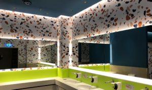 Toilettenräume, Vorräume, Waschräume, Umkleiden mit neuer moderner Wandbeschriftung und Wandfolierung