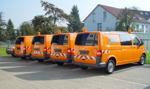 Baustellenfahrzeuge mit Warnmarkierung VW Bus