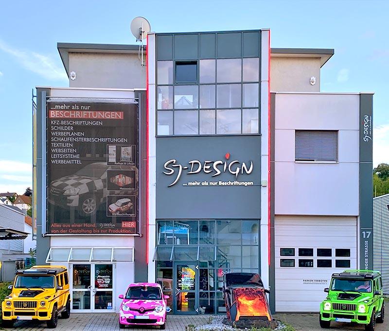 Sj Design Firmengebäude in Deizisau im Kreis Esslingen mit Fahrzeugen Vollfoliert und Lichtreklame Liftup Anlage am Gebäude mit wechsender Werbung