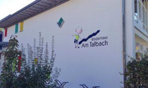 KinderhausWandbildMitHohlaschabloneGemalt